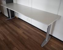 Sidebord til skrivebord 220x60cm i Kinnarps T-serie, lys grå plate, grå ben, pent brukt