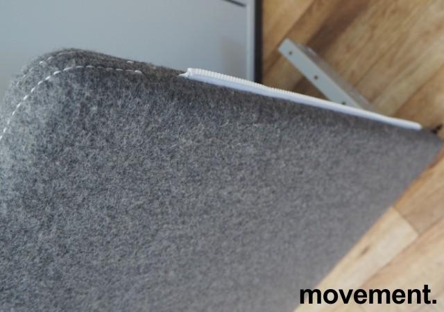 Götesons bordskillevegg 80x67cm i grått stoff. Pent brukt bilde 3