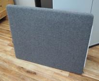 Götesons bordskillevegg 80x67cm i grått stoff. Pent brukt