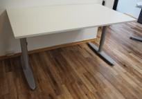 Kinnarps T-serie rektangulært skrivebord i lys grå, 140x80cm, pent brukt