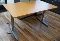 Kinnarps T-serie rektangulært skrivebord i eik finer, 140x80cm, pent brukt