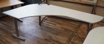 Skrivebord i lys grå fra Kinnarps, T-serie, 140x220cm, høyreløsning, pent brukt