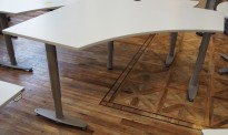 Skrivebord i lys grå fra Kinnarps, T-serie, 140x140cm, pent brukt