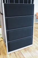 Skillevegg fra Kinnarps, modell Rezon i sort stoff, 100cm bredde, 145cm høyde, pent brukt