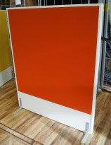 Frittstående skillevegg fra Edsbyn, hvit ramme / orange stoff, 120x145cm, pent brukt