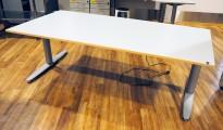 Stort skrivebord med elektrisk hevsenk fra Kinnarps i lys grå / bøk laminat forkant, T-serie, 200x100cm, pent brukt