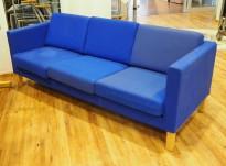 Kinnarps Scandinavia 3-seter sofa i blått stoff / ben i eik, bredde 205cm, pent brukt