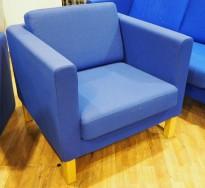 Kinnarps Scandinavia loungestol / 1-seter i blått stoff / ben i eik, bredde 83cm, pent brukt