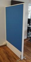 Frittstående skillevegg fra Edsbyn, hvit ramme / blått stoff, 120x180cm, pent brukt