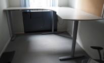 Hjørneløsning med elektrisk hevsenk fra Kinnarps, T-serie i lys grå / grått, 210x220cm, venstreløsning, pent brukt