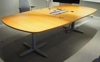Møtebord i eik / grått, Kinnarps T-serie, kabelboks nedfelt, 280x120cm, passer 8-10 personer, pent brukt