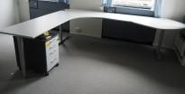 Kinnarps hjørneløsning skrivebord i lys grå, 295x240cm, sving på venstre side, T-serie, pent brukt