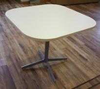 Loungebord / sofabord i hvitt fra Edsbyn, modell Feather, 60x60cm, høyde 54cm, pent brukt
