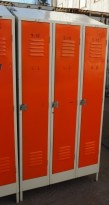 Garderobeskap i stål, lys grå med dører i oransje, 3 rom. 96cm bredde, 55cm dybde, 203cm høyde, pent brukt