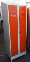 Garderobeskap i stål, lys grå med dører i oransje, 2 rom. 64cm bredde, 55cm dybde, 203cm høyde, pent brukt