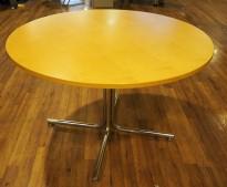 Rundt møtebord / kantinebord med bjerk finer bordplate fra Kinnarps, krom ben, Ø=110cm, H=72cm, grått understell, pent brukt