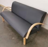 Kinnarps 3seter loungesofa i grått skinn / bjerk armlener og ben, modell Vigor, 186cm bredde, pent brukt