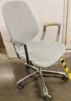 Kinnarps Monroe konferansestol i lyst blått stoff / krom, armlene, pent brukt