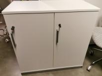 Lukeskap / personlig skap fra Kinnarps i hvit laminat, bredde 80cm, 2 luker (med 2 rom hver) med lås/nøkkel, pent brukt
