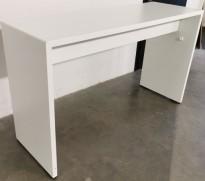 Ståbord / bardisk fra Martin Stoll, for sosial sone i hvitt / krom, 180x60cm, høyde 107cm, pent brukt