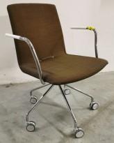 Konferansestol på hjul fra Gärsnäs, modell Day III, Design: Pierre Sindre, brunt stoff, pent brukt