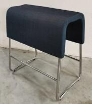 Materia Plint barpall / barkrakk i blågrått stoff / krom, bredde 58cm, høyde 65cm pent brukt  sjekk mål