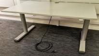 Skrivebord med elektrisk hevsenk 140x80cm, Kinnarps T-serie i lys grå, pent brukt