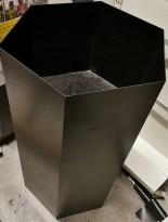 Sjokkselger i sortlakkert metall, 6kantet, 47x41,5cm, 83,5cm høyde, pent brukt