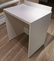 Butikkinnredning, Podie på hjul i hvit laminat for varedisplay, 71x56cm, pent brukt