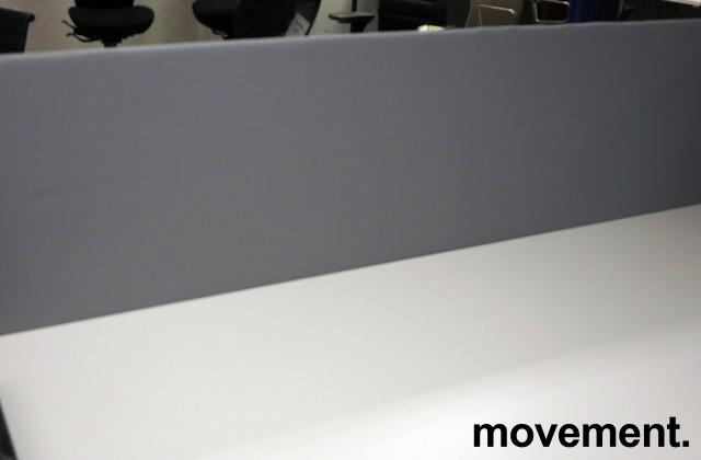 Bordskillevegg / skjermvegg for skrivebord, lyst grått stoff, 160x66cm, pent brukt bilde 2