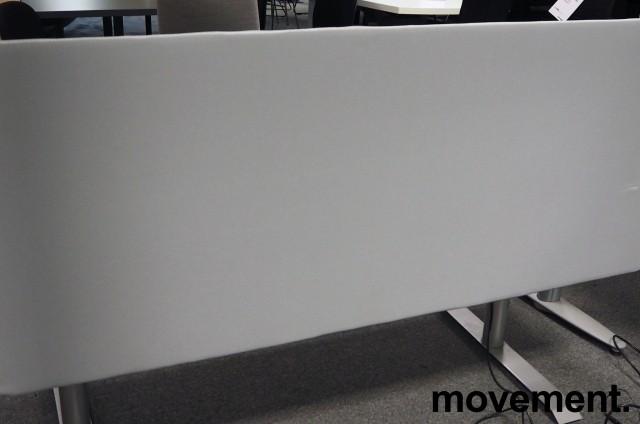 Bordskillevegg / skjermvegg for skrivebord, lyst grått stoff, 160x66cm, pent brukt bilde 1