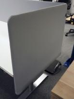 Bordskillevegg / skjermvegg for skrivebord, lyst grått stoff, 80x66cm, pent brukt
