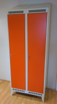 Garderobeskap i stål, lys grå med dører i oransje, 2 rom 80cm bredde, 52cm dybde, 208cm høyde, pent brukt