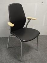 Møteromsstol fra Kinnarps, mod Plus 375 i sort skinn / grålakkert metall / bøk armlene, pent brukt