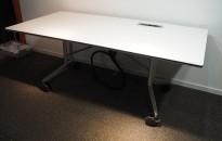 Møtebord / kantinebord / klappbord på hjul fra Wilkhahn i hvitt / krom, sammenleggbart, 180x90cm, pent brukt