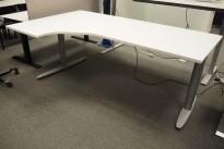Kinnarps T-serie hevsenk skrivebord, i hvitt / grått 200x120cm, venstreløsning, pent brukt understell, ny plate