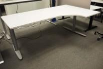 Kinnarps T-serie hevsenk skrivebord, i hvitt / grått 200x120cm, høyreløsning, pent brukt understell, ny plate