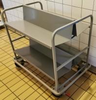 Vogn/oppvasktralle med skråstilte hyller for tallerkener / bestikkbakker, pent brukt