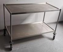 Stor kantinetralle / trillevogn i rustfritt stål, 122,5 x 62,5cm, 85cm høyde, 2 hyller, pent brukt