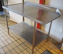 Arbeidsbenk i rustfritt stål, 120cm bredde, 72cm dybde, leppe for hetteoppvask, brukt