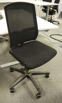 EFG One Sync kontorstol i sort stoff / rygg i sort mesh, uten armlene, pent brukt