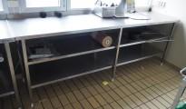 Arbeidsbenk i rustfritt stål med 2 hyller, 240cm bredde, 65cm dybde, pent brukt