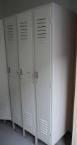 Eldre garderobeskap i stål, lys grå, 3 rom 90cm bredde, 90cm dybde, 200cm høyde, brukt