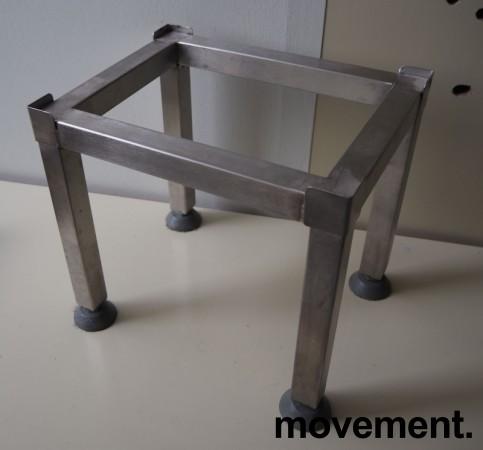 Lite stativ i rustfritt stål, 27,x21cm, høyde 26cm, pent brukt