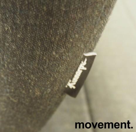 Kontorstol fra Kinnarps: Modell Capella i mørkt grått stoff, høy rygg, armlener, sort kryss, pent brukt bilde 3