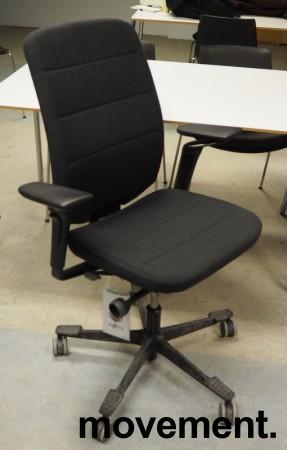 Kontorstol fra Kinnarps: Modell Capella i mørkt grått stoff, høy rygg, armlener, sort kryss, pent brukt bilde 1