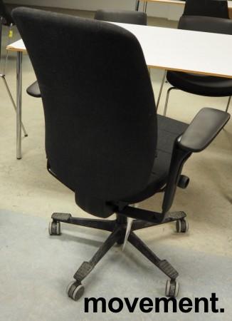 Kontorstol fra Kinnarps: Modell Capella i mørkt grått stoff, høy rygg, armlener, sort kryss, pent brukt bilde 2