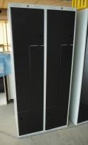 Garderobeskap i stål med Z-dører i lys grå / sorte dører, 4 rom. 80cm bredde, 55cm dybde, 174cm høyde, pent brukt, mangler lås