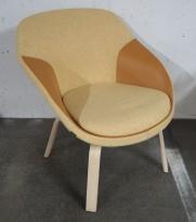 Loungestol fra Materia, modell Pax, ben i ask, gult stofftrekk med detaljer i kunstskinn, pent brukt