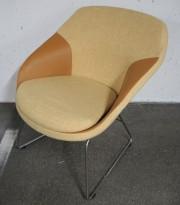 Loungestol fra Materia, modell Pax, ben i krom, gult stofftrekk med detaljer i kunstskinn, pent brukt